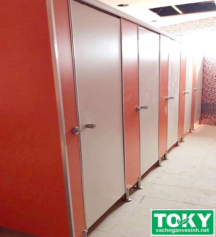 vách ngăn vệ sinh Toky tại trường TH school