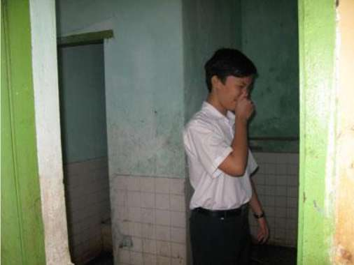 Nhà vệ sinh bẩn tại trường học