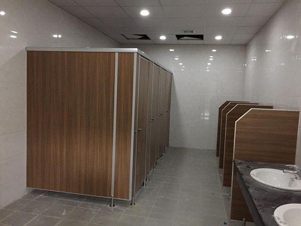 Lắp đặt vách ngăn vệ sinh compact màu vân gỗ tại kcn Vân Trung