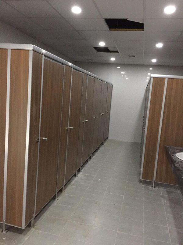 Lắp đặt vách ngăn vệ sinh compact màu vân gỗ cho kcn Vân Trung, Bắc Giang